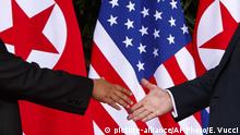 Singapur - Handshake zwischen Donald Trump und Kim Jong Un (picture-alliance/AP Photo/E. Vucci)