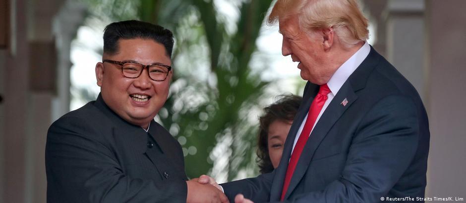 Sorrisos de líderes norte-coreano e americano em Cingapura