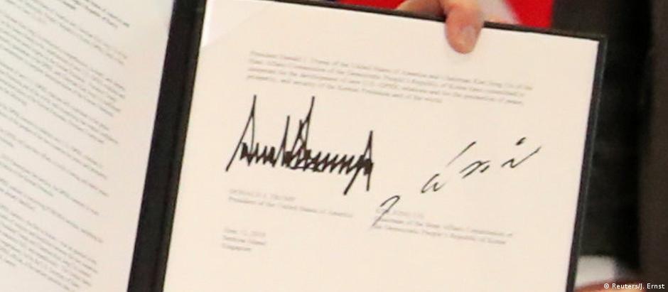 As assinaturas de Donald Trump e Kim Jong-un no documento com a declaração conjunta