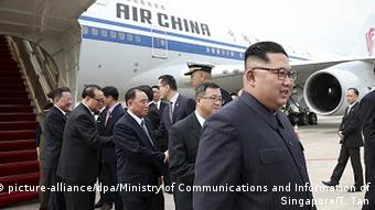 Kim Jong Un am Flughafen in Singapur (picture-alliance/dpa/Ministry of Communications and Information of Singapore/T. Tan)