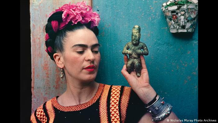 Frida Kahlo im Profil mit einer Olmeken-Figur in der Hand (Nickolas Muray Photo Archives)