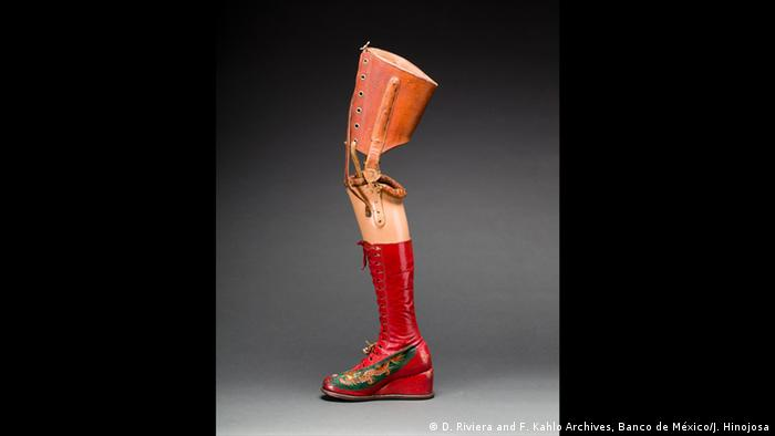 Prosthetic leg with leather boot. Appliquéd silk with embroidered Chinese motifs. (D. Riviera and F. Kahlo Archives, Banco de México/J. Hinojosa)