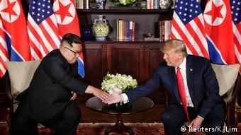 Лидеры США и КНДР Дональд Трампа и Ким Чен Ын пожимают друг другу руки