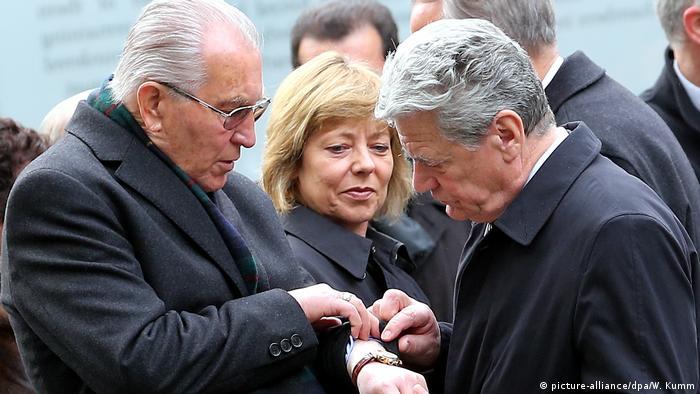 Marcado de por vida: Mano Höllenreiner muestra al presidente federal Joachim Gauck, en 2012, su número de prisionero de Auschwitz. (picture-alliance/dpa/W. Kumm)