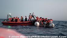 HANDOUT - 09.06.2018, Mittelmeer: Das von der Hilfsorganisation Ärzte ohne Grenzen herausgegebene Bild zeigt Migranten, die auf ein Schlauchboot des Schiffs Aquarius, das von SOS Mediterranee und Ärzte ohne Grenzen betrieben, steigen. Erstmals hat Italien einem Rettungsschiff mit Flüchtlingen die Einfahrt in einen Hafen verwehrt und damit seine europäischen Nachbarn unter Zugzwang gesetzt. Foto: Kenny Karpov/MSF/SOS Mediterranee/dpa - ACHTUNG: Nur zur redaktionellen Verwendung im Zusammenhang mit der aktuellen Berichterstattung und nur mit vollständiger Nennung des vorstehenden Credits +++ dpa-Bildfunk +++ |
