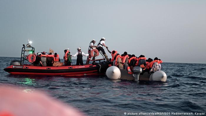 Refugiați salvați în Marea Mediterană (picture-alliance/dpa/MSF/SOS Mediterranee/K. Karpov)