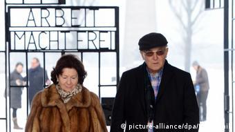 Konzentrationslager Sachsenhausen Gedenkveranstaltung für ermordete Sinti und Roma - Hermann Höllenreiner und Frau (picture-alliance/dpa/B. Settnik)