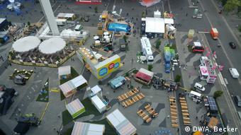 Eταιρίες, όπως η IBM και η SAP, είχαν στήσει μεγάλα περίπτερα και φορτηγά με φαγητό, όπου το βράδυ διοργανώνονταν συναυλίες.