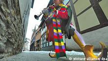 725 Jahre Rattenfänger Der Rattenfänger von Hameln, Michael Boyer, spielt am Sonntag (04.01.2009) auf seiner Flöte in der schmalen Bungelosenstraße, durch die der Sage nach die Kinder in Hameln mit dem Pfeifer verschwunden sind. Vor 725 Jahren tauchte der Sage nach ein Fremder in Hameln auf, der die Stadt bis heute in der ganzen Welt berühmt gemacht hat. Mit vielen Aktionen und Angeboten feiert Hameln den geheimnisvollen Pfeifer. Mit einem Auszug von 725 Kindern am 26.06.2009 will Hameln den Jahrestag der Tragödie begehen. Foto: Peter Steffen dpa/lni +++(c) dpa - Bildfunk+++