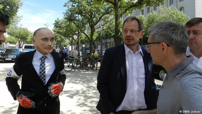 La organización Reporteros sin Fronteras protestó ante la embajada de Rusia en Berlín por la censura a un reportero alemán que destapó el doping en el fútbol ruso.