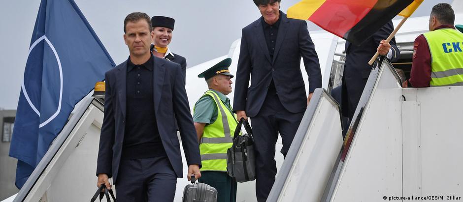 Atuais campeões mundiais, comandados por Joachim Löw (fundo), desembarcam em Moscou