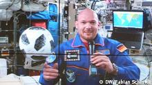 Der deutsche ESA Astronaut Alexander Gerst gibt an Bord der Internationalen Raumstation eine Pressekonferenz. Er ist am 12. Juni 2018 in das Europäische Astronautenzentrum (EAC) der Europäischen Weltraumagentur ESA verbunden. Er reagiert auf eine Frage, ob die Astronauten kurz vor der WM eine Fußballwette abgeschlossen hätten. (Foto: DW/Fabian Schmidt)