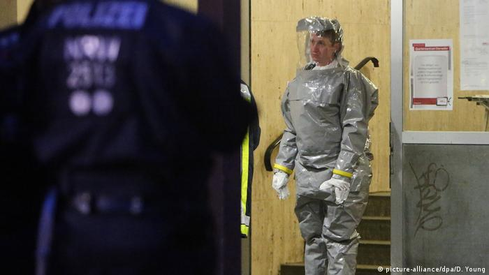 Special police and fire units wearing respirators and protection suits were deployed to the apartment block. (picture-alliance/dpa/D. Young)