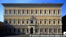 Facade du palais (Palazzo) Farnese par l'architecte de la renaissance Michelangelo Buonarroti (Michelange) et Antonio Sangallo il Giovane (Le Jeune), 1514-49, Rome. ©Jemolo/Leemage   Keine Weitergabe an Wiederverkäufer.
