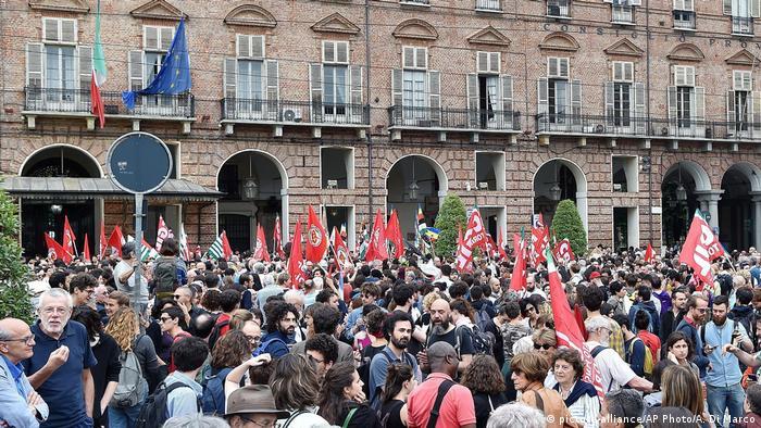 Italien Turin - Proteste wegen Schiff mit Migranten das in Internationalen Gewässern fest sitzt (picture-alliance/AP Photo/A. Di Marco)