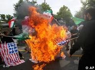 روز سهشنبه (۲ تیر) طرفداران دولت در اعتراض به آنچه دخالت و توطئهی بریتانیا مینامند، در برابر سفارت انگلیس پرچم این کشور را سوزاندند