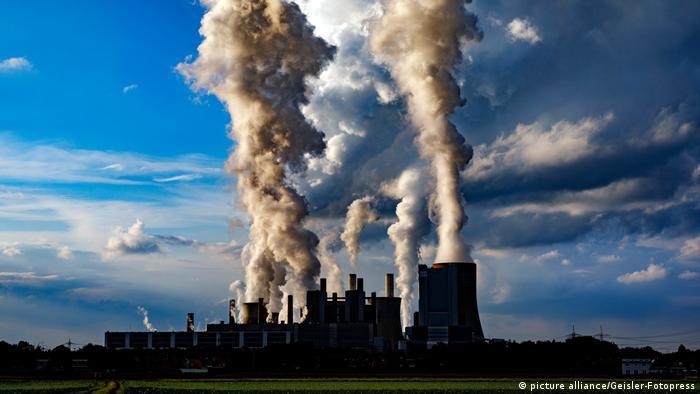 Usina elétrica de carvão RWE emitindo fumaça (picture alliance / Geisler-Fotopress)