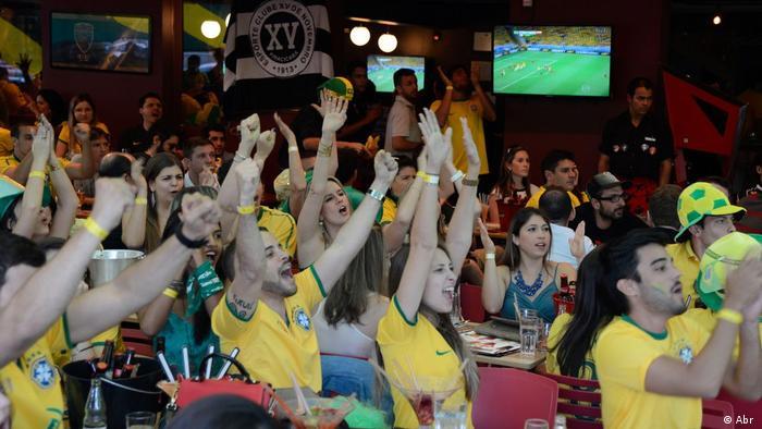 Torcida acompanha a Seleção em 2014 , sob narração de Galvão Bueno: em 2018 será igual