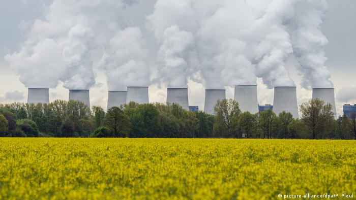 Brown coal power station (picture-alliance/dpa/P. Pleul)