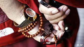 BdT Buddhistischer Mönch mit Handy und Sonnenbrille