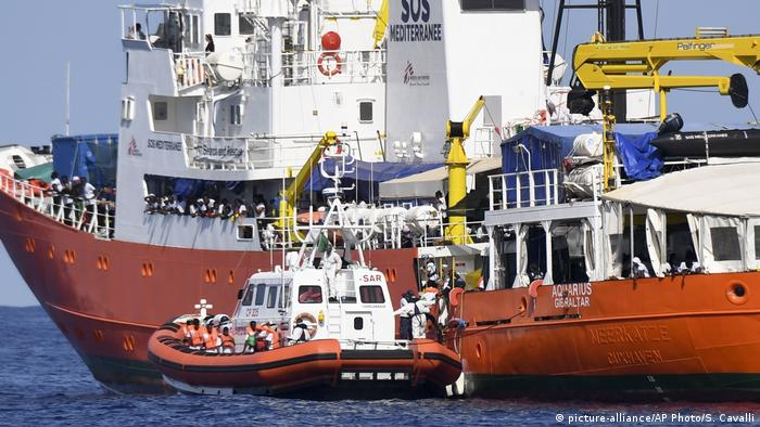 Mittelmeer SOS Mediterranee Aquarius Italienische Küstenwache (picture-alliance/AP Photo/S. Cavalli)