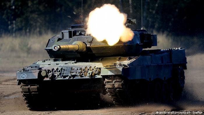 Frankreich, Straßburg: Symbolbild: EU erhöht Militärausgaben Kampfpanzer Leopard 2 (picture-alliance/dpa/P. Steffen)
