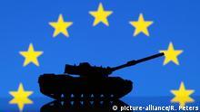 Symbolbild zu den Terroranschlägen in Paris und dem Ausnahmezustand in Frankreich Panzer vor der Flagge der EU Europäische n Union | Verwendung weltweit