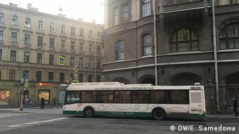 Автобус, работающий на газе, на улице в Санкт-Петербурге