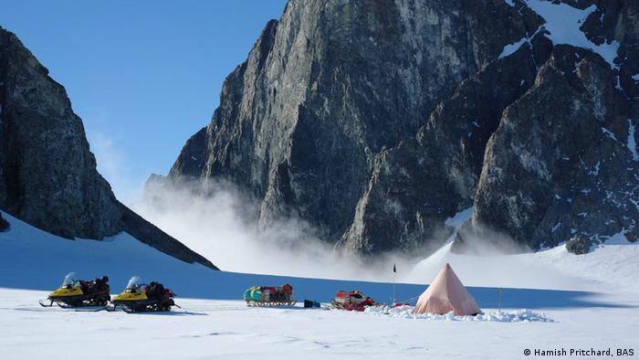 Schneemobile und Zelt auf Antarktis (Hamish Pritchard, BAS)