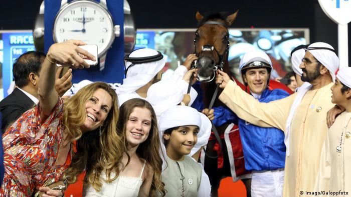 Pferderennen Dubai World Cup: Publikum mit Pferd (Imago/Galoppfoto)