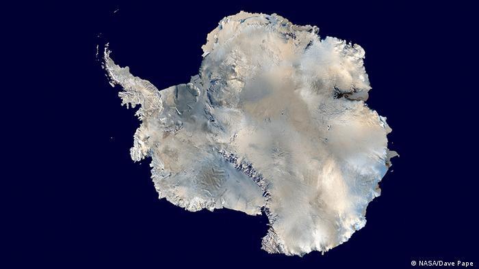 Това е най-голямата пустиня в света: Антарктида има площ от около 14 000 000 квадратни километра, което по големина я подрежда преди Европа. 99 процента от площта ѝ е покрита с лед дори през антарктическото лято, което продължава от декември до февруари. На някои места ледът е с дебелина до 5000 метра.