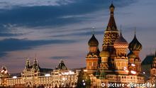 Russland, Moskau, Roter Platz, Basilius-Kathedrale und Kaufhaus GUM