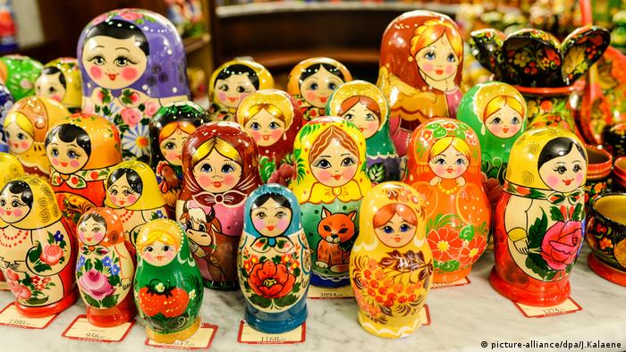 A large collection of Russian dolls (picture-alliance/dpa/J.Kalaene)