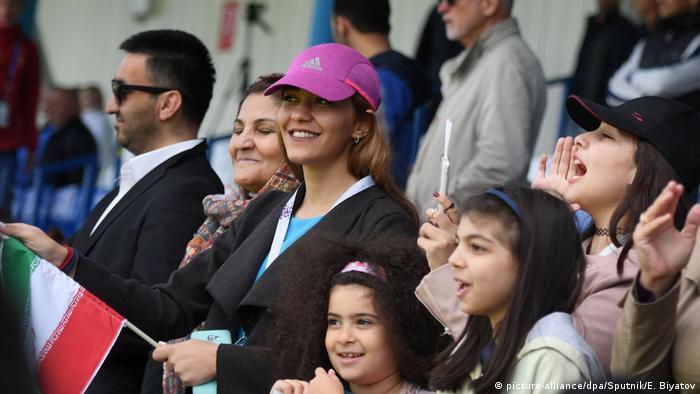 هواداران تمرین تیم ملی فوتبال ایران را در ورزشگاه تماشا میکنند.