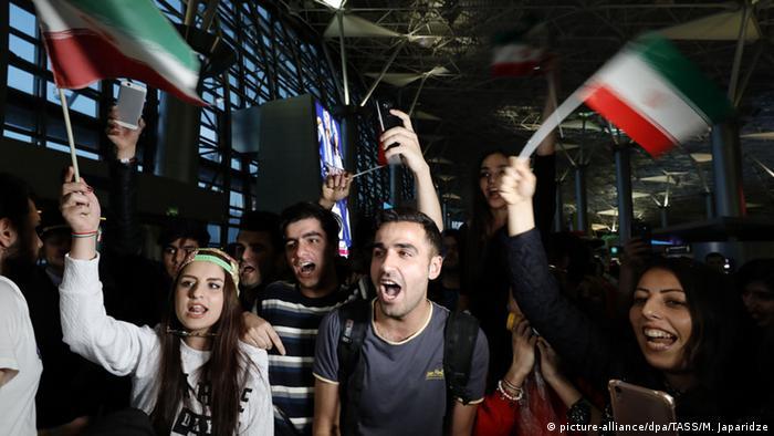 هواداران تیم ملی فوتبال ایران در حال تشویق ملیپوشان در فرودگاه