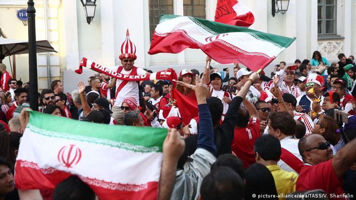 هواداران تیم ایران در خیابان نیکولسکایا در نزدیکی میدان سرخ در مرکز مسکو