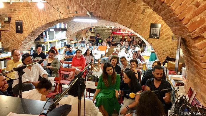 Menschen in Gewölbe bei der Lesung von White Room.