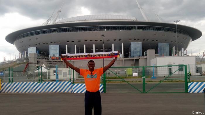 Bráulio Manuel Lopes vor dem Stadion Sankt Petersburg