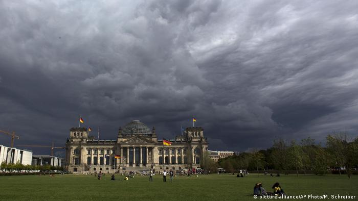 Wolken über dem Reichstag in Berlin