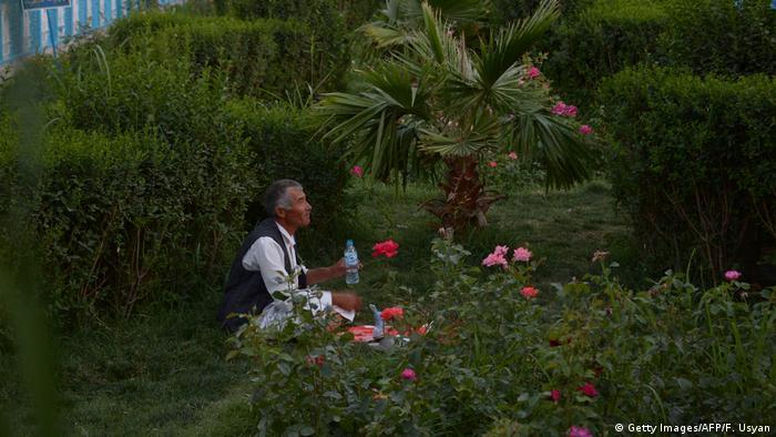 Afghanistan Frauen arbeiten in der Gartenpflege (Getty Images/AFP/F. Usyan)