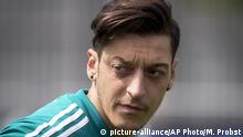 14.06.2018, Russland, Watutinki: Mesut Oezil looks around during a training session of the German team at the 2018 soccer World Cup in Vatutinki near Moscow, Russia, Thursday, June 14, 2018. (AP Photo/Michael Probst) |