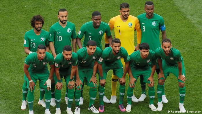 در دیدار افتتاحیه جام جهانی برای اولین بار دو تیم به مصاف هم رفتند که در ردهبندی فیفا از پایینترین رتبهها برخوردارند: روسیه، رتبه ۶۵ و عربستان سعودی، رتبه ۶۳. تصویر: ترکیب آغازین عربستان سعودی در دیدار افتتاحیه مقابل روسیه.