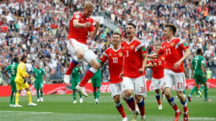 اولین گل سرخپوشهای روسیه را یوری گازینسکی (چپ) در دقیقه ۱۲ بازی به ثمر رساند.