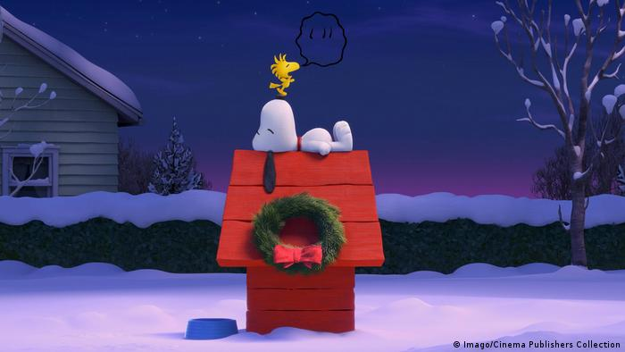 Snoopy asleep on his dog house (Imago/Cinema Publishers Collection)