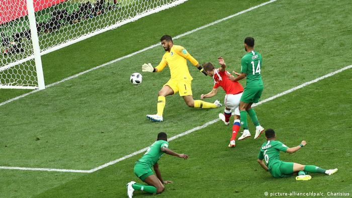 عربستان اگر چه در تلاش به ثمر رساندن گل تساوی بود، اما این روسیه بود که عملکرد بهتری از خود در گلزنی نشان داد. سه دقیقه مانده به پایان بازی دنیس چریشف (پیراهن قرمز) برای بار دوم دروازه عربستان را گشود. نیمه نخست این مصاف با نتیجه ۲ بر صفر به سود روسیه به پایان رسید.