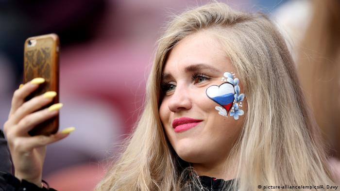 A Russian fan at the 2018 football World Cup (picture-alliance/empics/A. Davy)