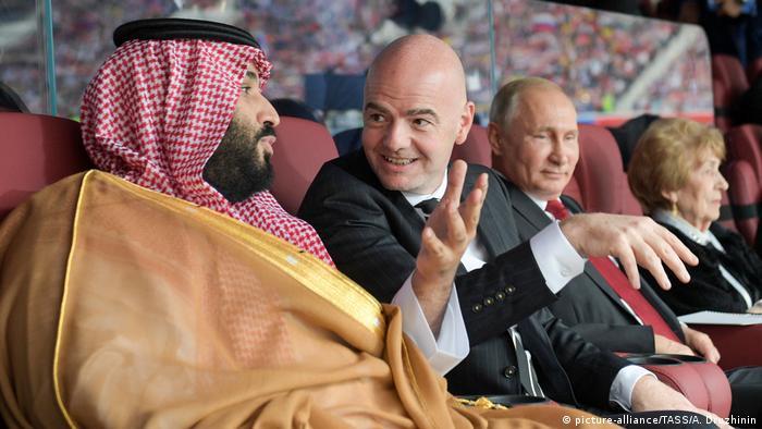 ولادیمیر پوتین با خونسردی معمول خودش، مسابقه را با لبخند رضایت دنبال میکرد، اما انگار ولیعهد عربستان ترجیح میداد دلخوریاش را در گپ زدن با اینفانتینو، رئیس فیفا بپوشاند.