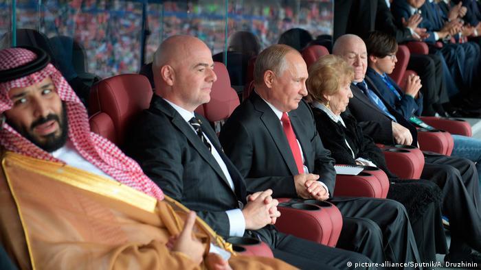 شخصیتهای سیاسی نیز شاهد دیدار افتتاحیه بودند. تصویری از خرسندی ولادیمیر پوتین (سوم از چپ) از پیروزی پرگل روسیه و نارضایتی محمد بن سلمان (چپ)، ولیعهد عربستان سعودی، از ناکامی تیم ملی کشورش.