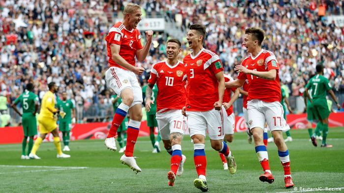 Rus milli futbol takımından Yuri Gazinski (sol) attığı golün sevincini takım arkadaşlarıyla birlikte paylaşıyor