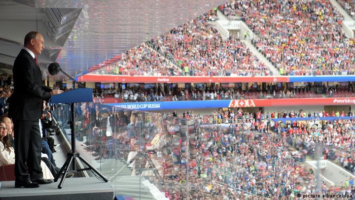پیش از اجرای سرودهای ملی و آغاز بازی دو تیم، ولادیمیر پوتین، رئیس جمهوری روسیه، شروع بازیها را با خوشامدگویی رسما اعلام کرد.